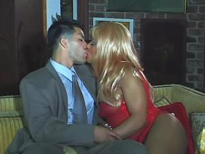 Young ebony tranny blowing white dude on sofa